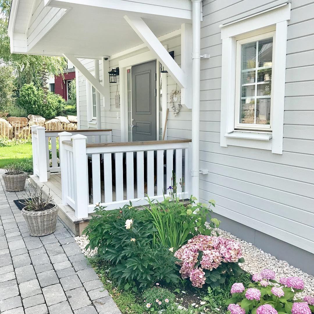Ich Finde Es Gerade Herrlich Wie Nun Alles Bluht Und So Schon Grun Ist Ums Haus Nur Die Hortensien In Den Topfe England Houses New England Homes Front Garden