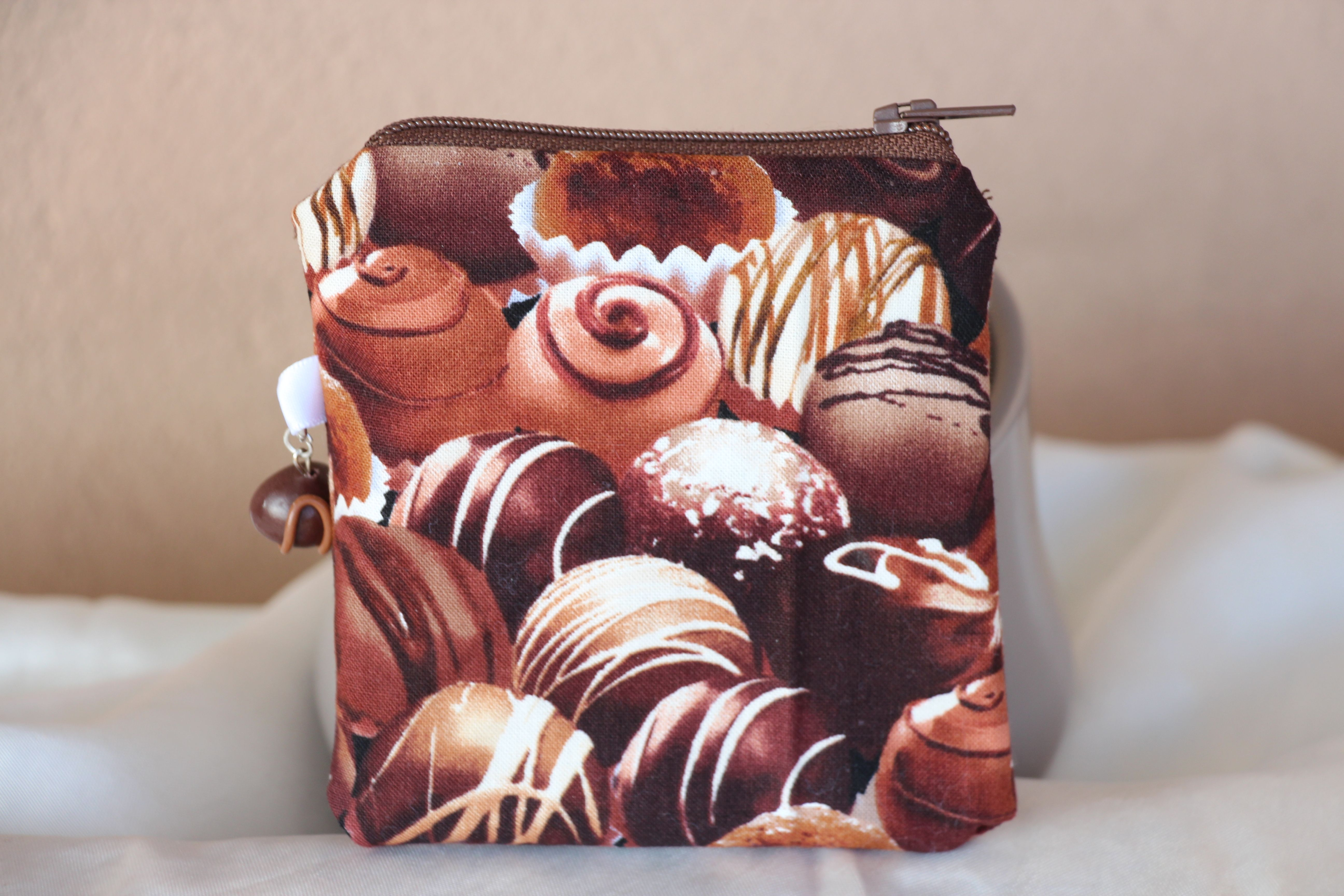 Porte-monnaie chocolats avec breloque Fimo.  Réalisé à la main.