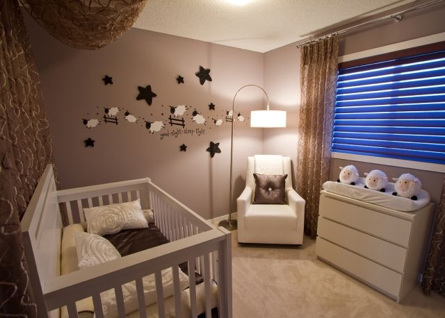 Babyzimmer Gestalten Neutral Weisse Moebel Braune Wandfarbe Deko Schaefchen