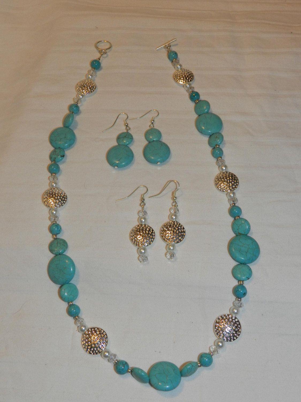 a819e791b820 Collar hecho a mano color turquesa   aretes por RLKuniqueboutique ...