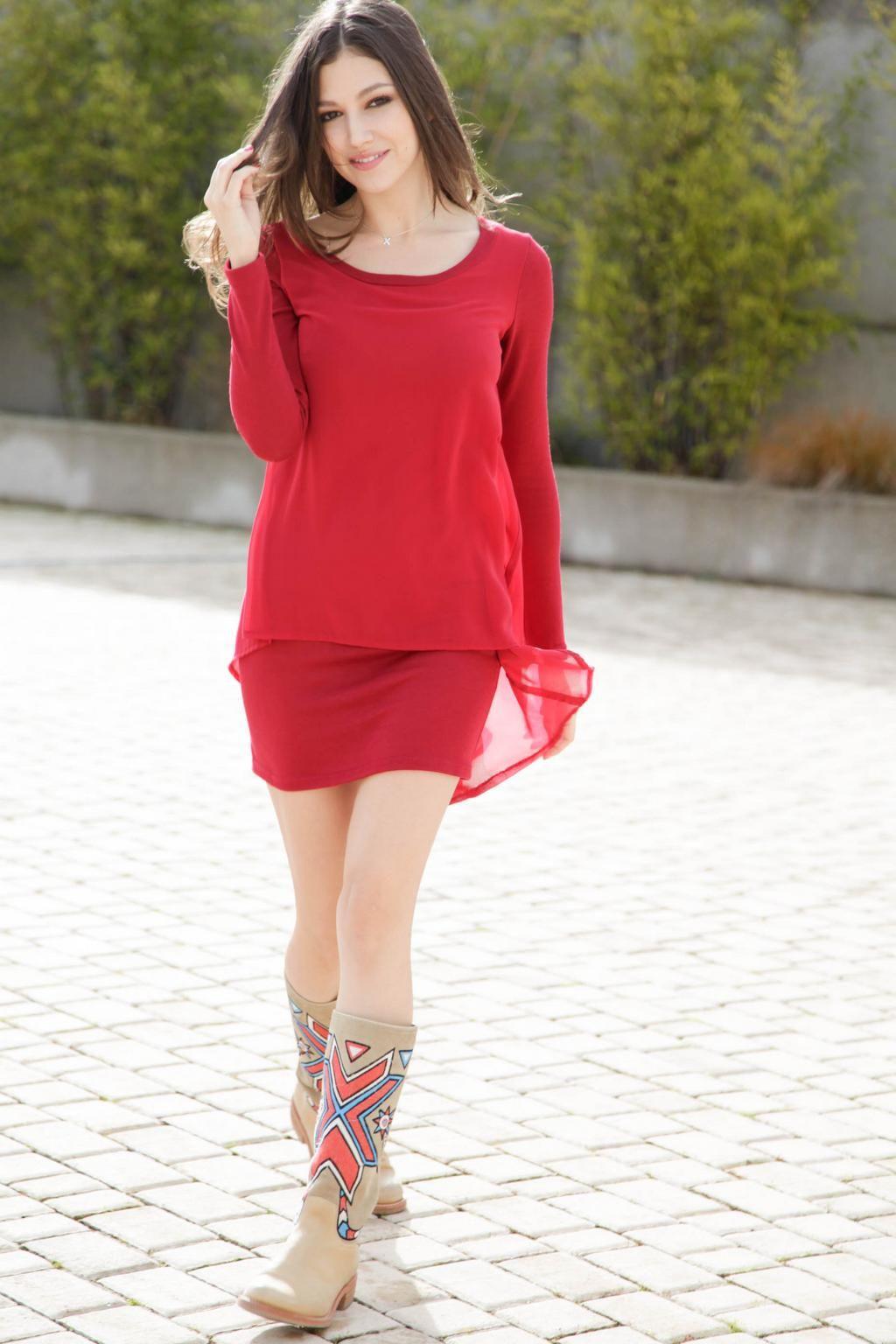 Vestido rojo con asimetrías de Poète. Botas Navajo en camel de World ...