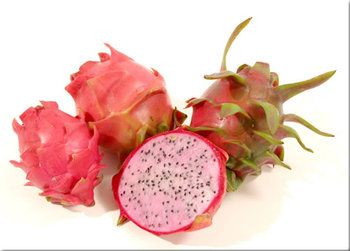 果肉が淡いピンク色に染まったのは、「ピンクピタヤ」。  さっぱりとした甘みですが、ドラゴンフルーツの中で一番甘みが強い品種です。