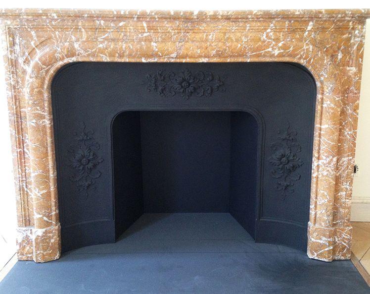Pose d\u0027une cheminée de style Louis XIV en marbre Rouge du Nord avec