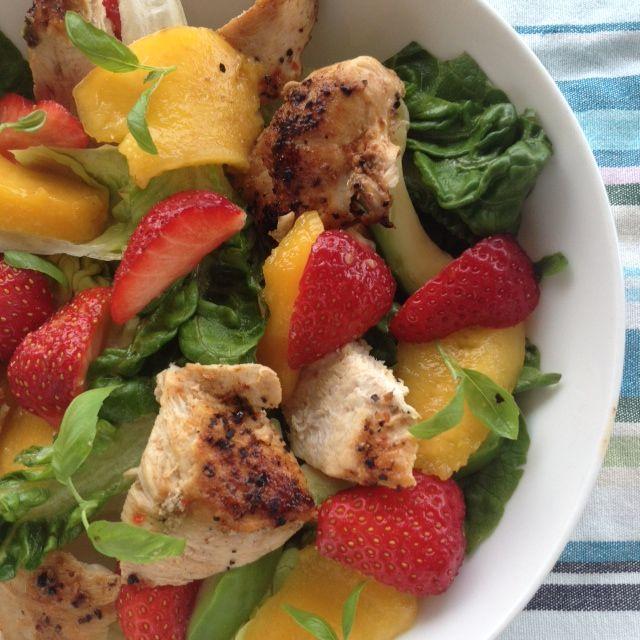 En sommerlig salat hvor stekt kylling får følge av norske jordbær og moden mango. God, frisk og sunn!