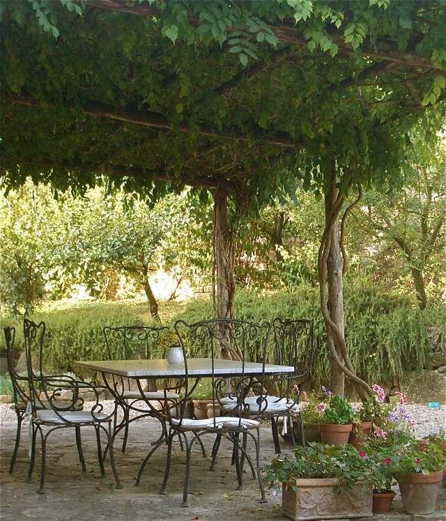 pergola garten kletterpflanzen begrünen schmiedeeisen möbel, Gartengerate ideen
