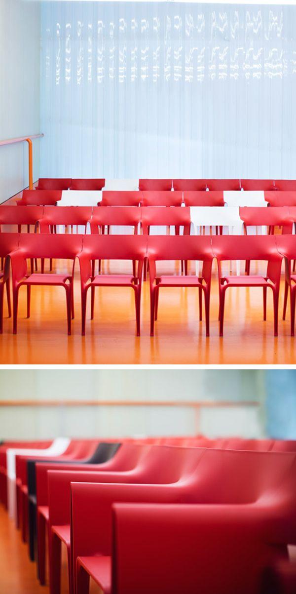 Cette chaise de bar ou de restaurant Pedrera propose des formes