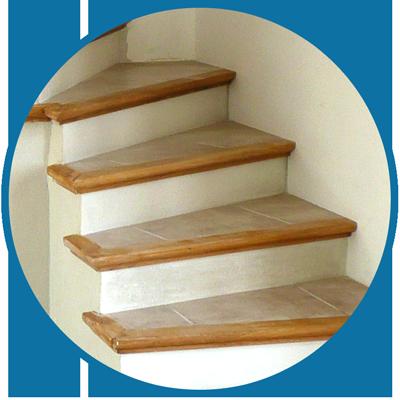 Lescalier béton carrelé est un escalier fini avec nez de marche en bois