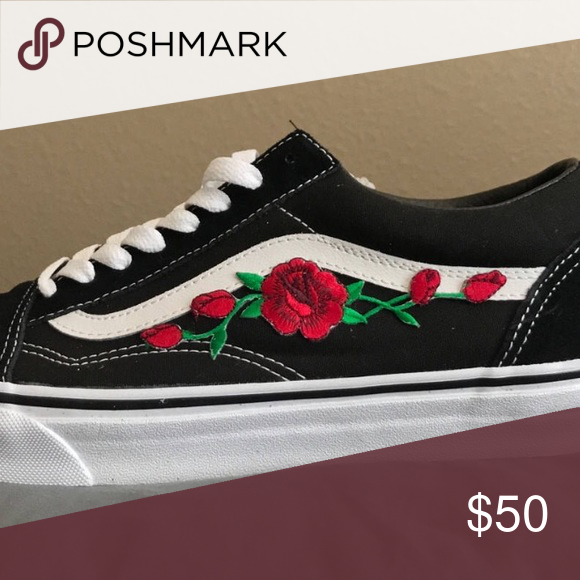 schwarze vans mit roten rosen