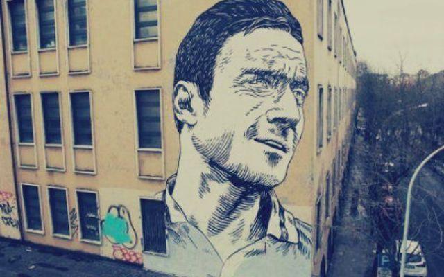 Roma shock! Imbrattato il murales di capitan Totti! #francesco #totti #roma #murales