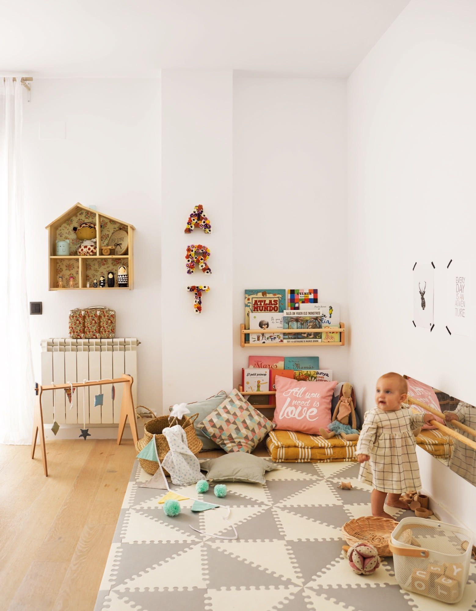 Sala de juegos con espejo y suelo de foam montessori for Espejo y barra montessori