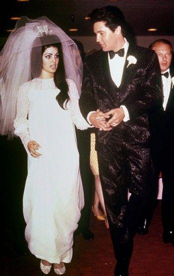 Elvis Presley And Priscilla Beaulieu 1st May 1967 Priscilla Wore A Floor Length Wedding Gown Of Her Own Design White Silk Chi Bruid Bruidsparen Beroemdheden
