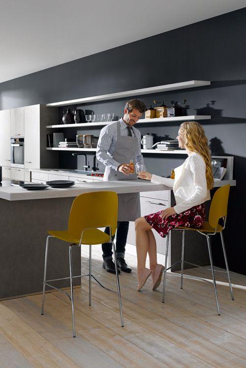 Eine top-moderne Küche in Beton dunkelgrau NB mit Insel, Zeile und ...