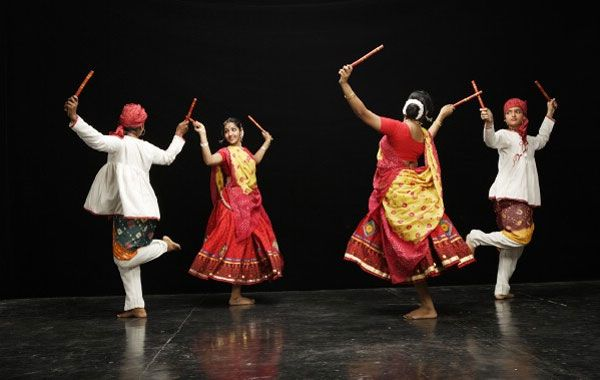 Garba Is An Indian Form Of Dance From The Gujarat Region The Circular And Spiral Figures Of Garba Have Similarities To Dance Of India Garba Dance Tribal Dance