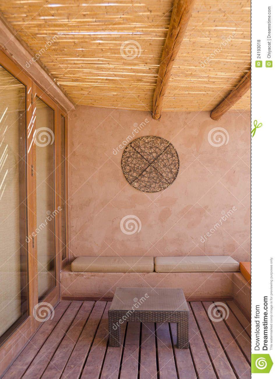 Patio Con Vertical De La Pared Y De Los Muebles De Adobe - Descarga ...