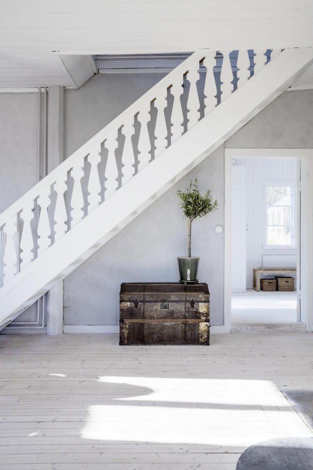Weiße Holztreppe weiße holztreppe mit truhe darunter living home interior