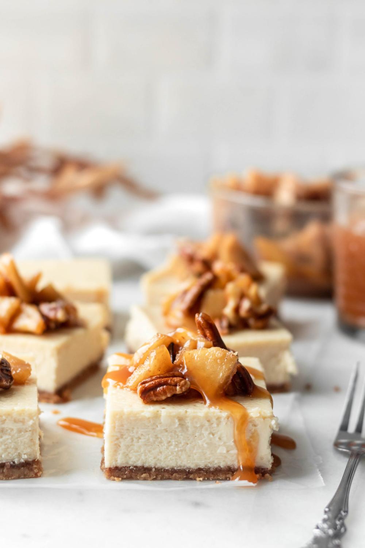 Caramel Apple Cheesecake Bars - Baran Bakery #caramelapplecheesecake