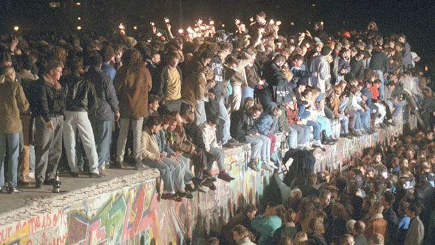 Ikoniske og historiske inntrykk fra november 1989. DDR erklærte (ved en feiltagelse?) at innbyggerne fritt kunne krysse grensen/muren.