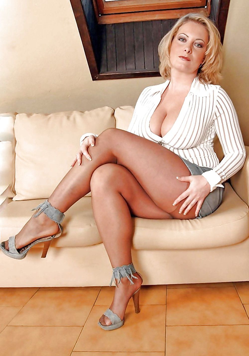 cougar chaude sous les robes des femmes