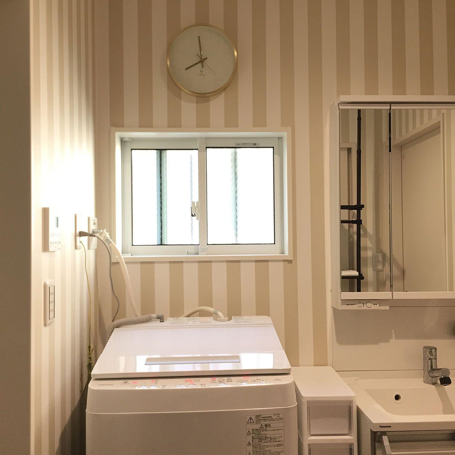 白 ベージュ ストライプ すきま収納 ストライプの壁紙 洗面所 などの