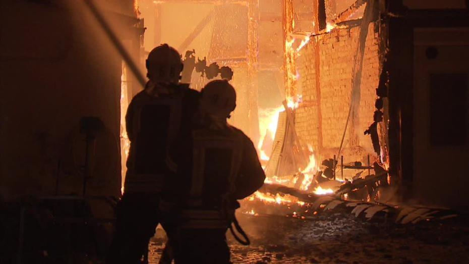 In der Eschborner Altstadt brannten in der Nacht zwei Gebäude lichterloh. Foto: Fritz Demel