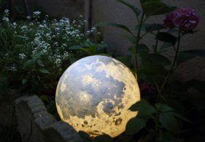 صور مصباح على شكل قمر وكواكب أخرى سوف تضيء غرفتك كأنها من عالم أخر Planet Lamp Garden Globes Planets And Moons