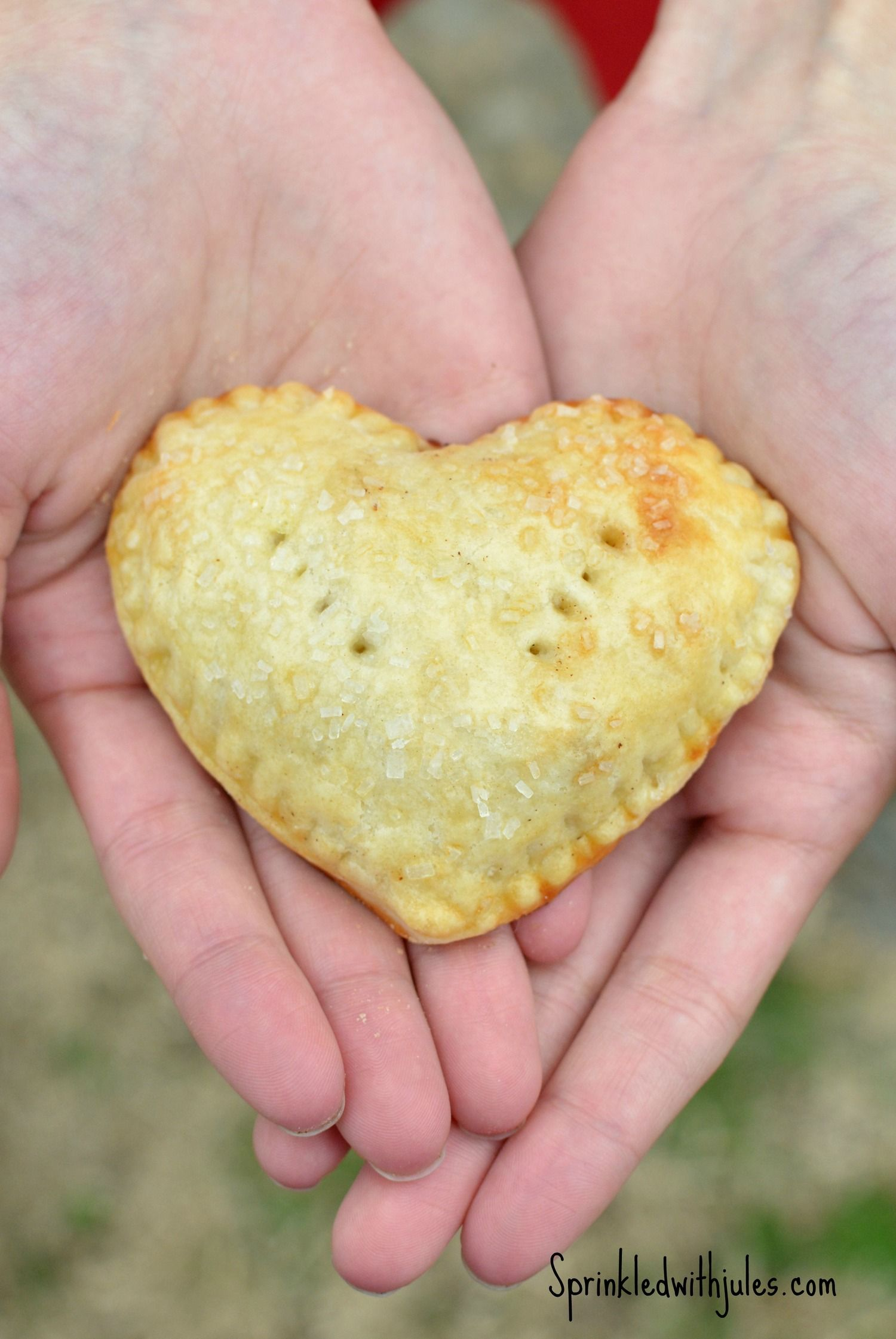 This pie crust is the best-flakey and buttery! Apple Hand Pies are perfect for #ValentinesDay #pie #handpies