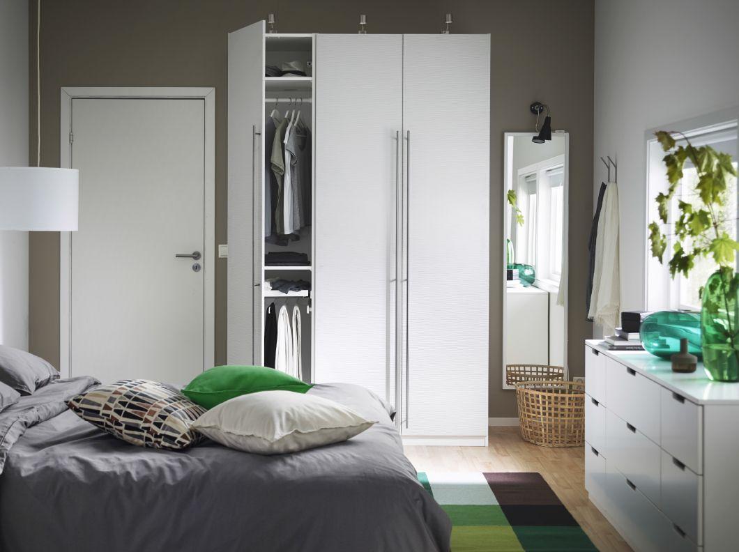 Dormitorio con armario pax vinterbro blanco con tiradores for Tiradores armarios ikea