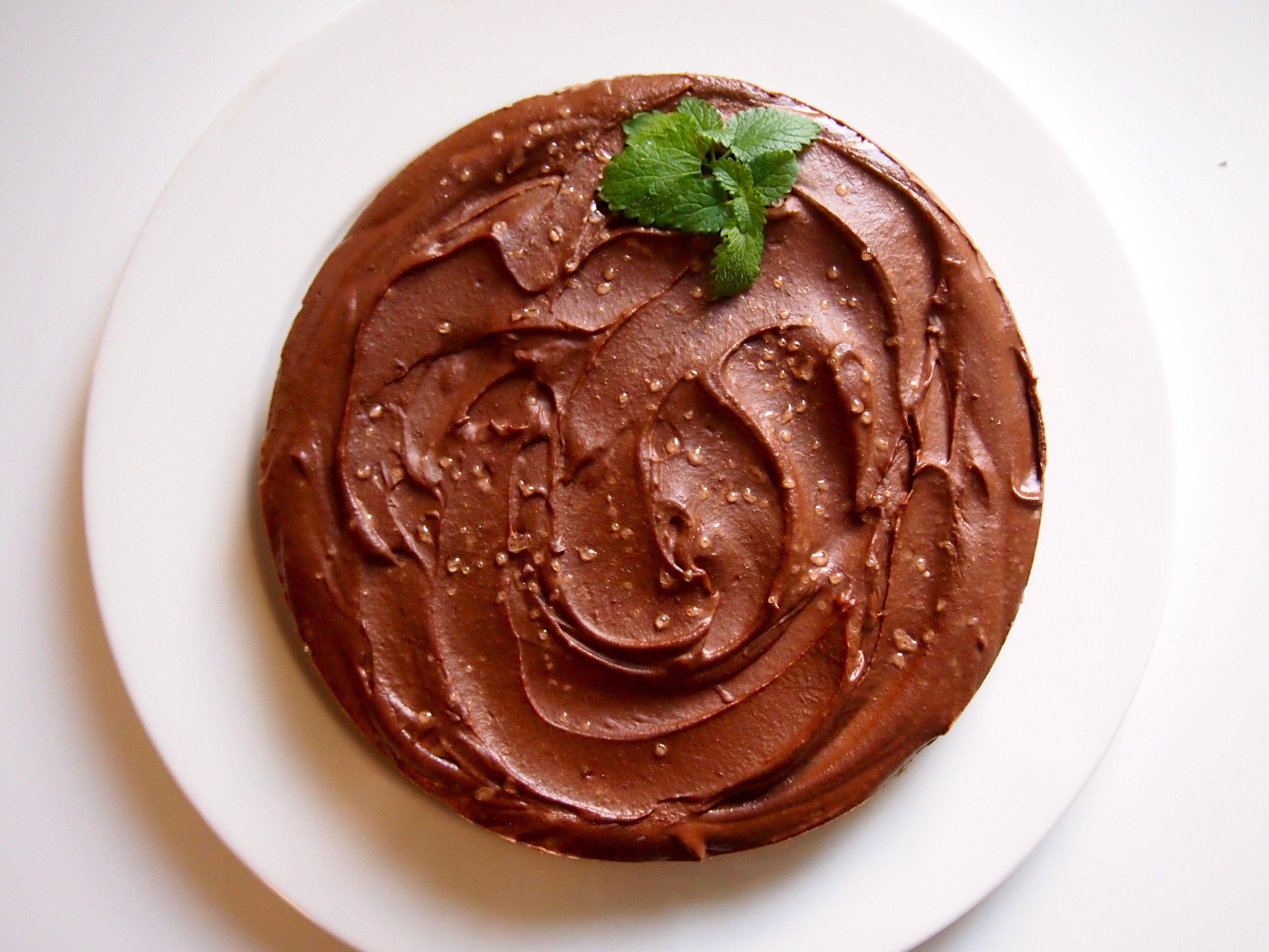 Minttusuklaakakku w/ a hint of salt 4 dl liotettuja cashewpähkinöitä 1 banaani 1 dl sulatettua kookosöljyä 4-5 rkl raakakaakaojauhetta (+1 rkl tummaa sokeritonta kaakaojauhetta antamaan väriä – valinnainen) 1 dl kookoskermaa 1 rkl hunajaa 3-4 tippaa minttuöjyä (esim. Japol) n. 0,5 tl ruususuolaa + suolakiteitä pinnalle  Pohja: 4 dl mulperimarjoja 3-4 dl mantelijauhoja n. 0,5 dl vettä pieni kourallinen kookoslastuja (valinnainen) hieman suolaa