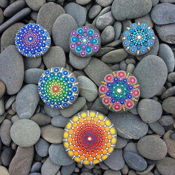 Kövekre pingált, hipnotikus mandalaképek is part of Stone painting, Mandala art, Mandala stones, Mandala, Hand painted stones, Rock art - Boldogságot hoznak a lelkedbe