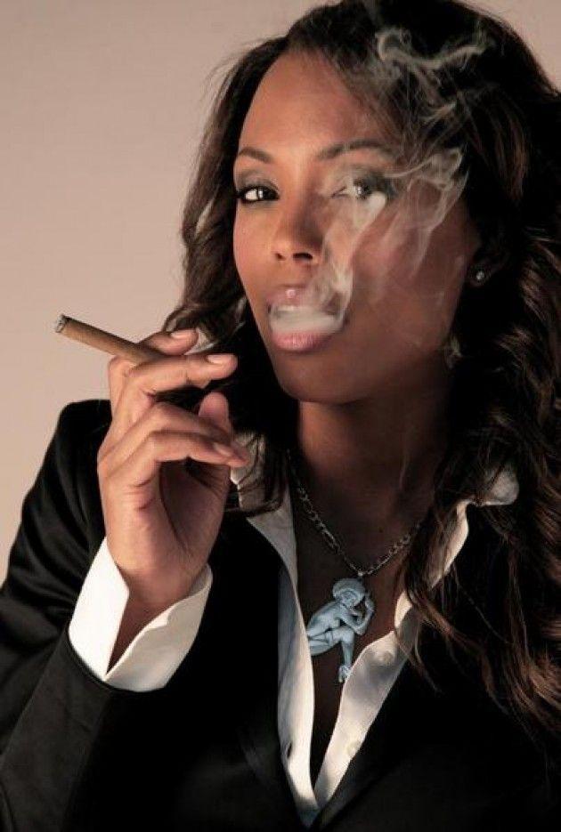 Aisha Tyler aan het roken