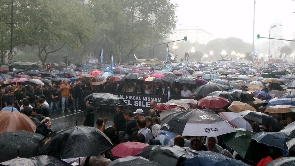 Bajo la lluvia una multitud se concentra en el Congreso para marchar en homenaje a Nisman http://bit.ly/1A6S6aZ #18F