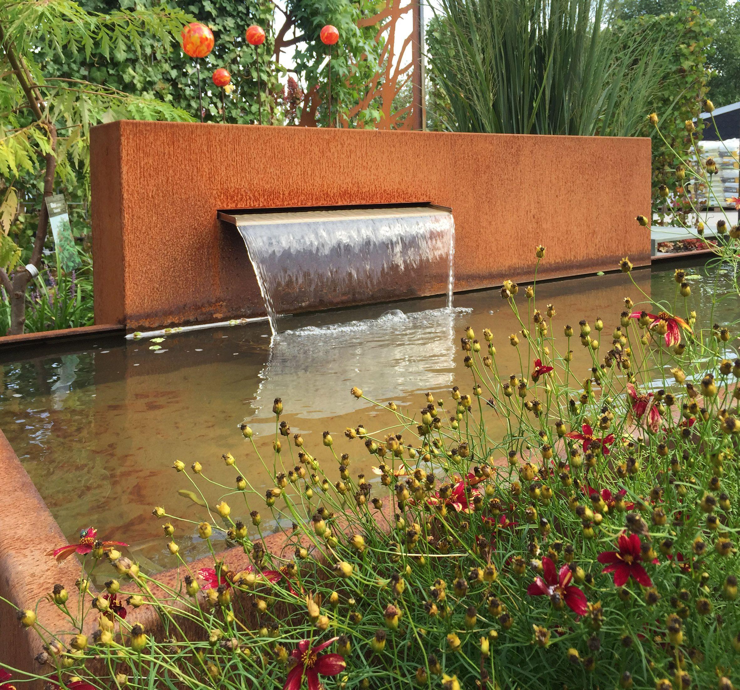 Brunnen Und Wasserspiele Fur Den Garten Aus Rost Corten Oder Edelstahl Wasserspiel Garten Brunnen Garten Sichtschutzwand Garten