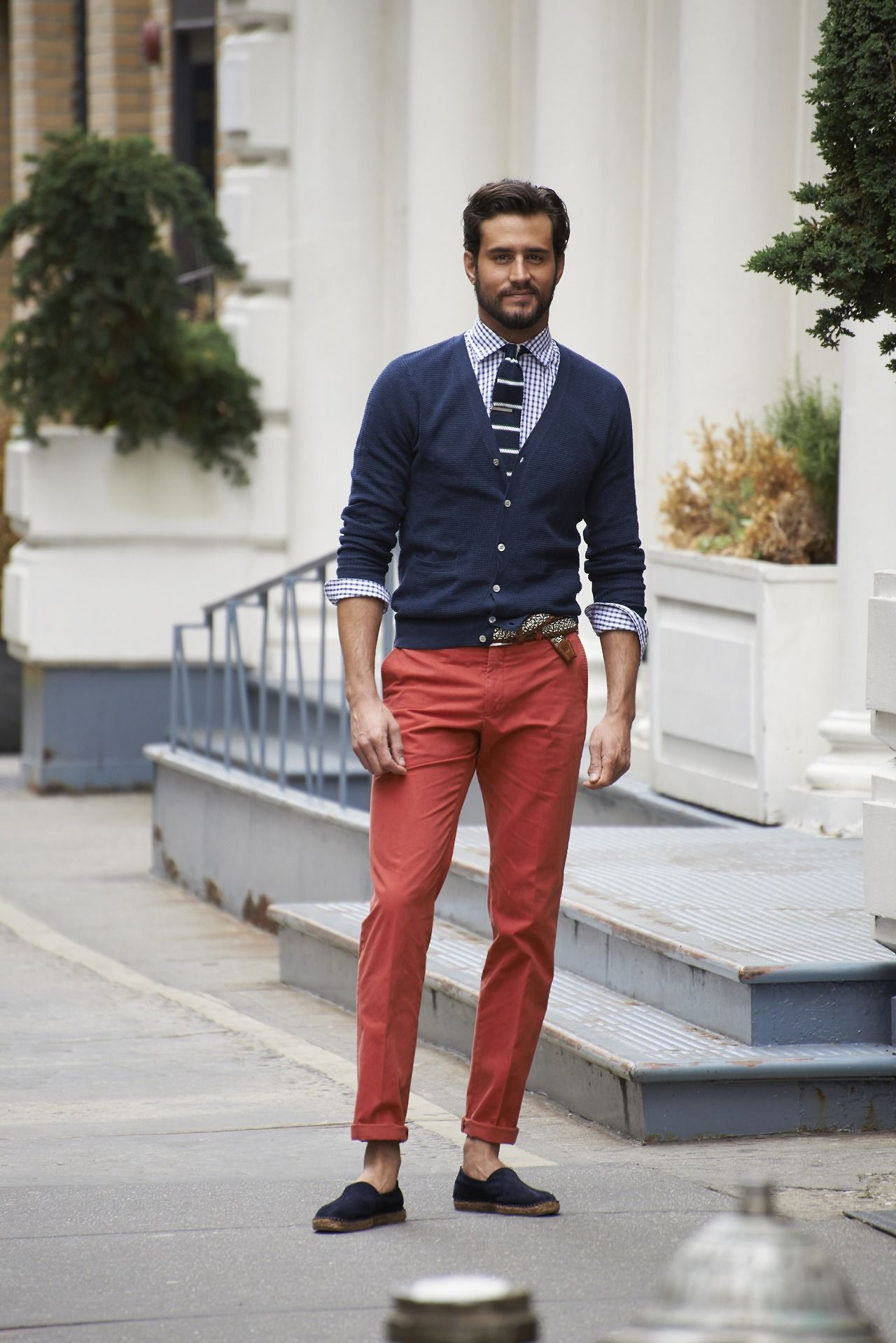 Copia el look: pantalones color ladrillo, sweater azul marino y ...
