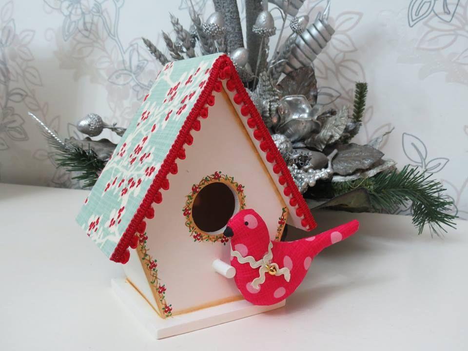 Casinha de pássaros com decoração natalina