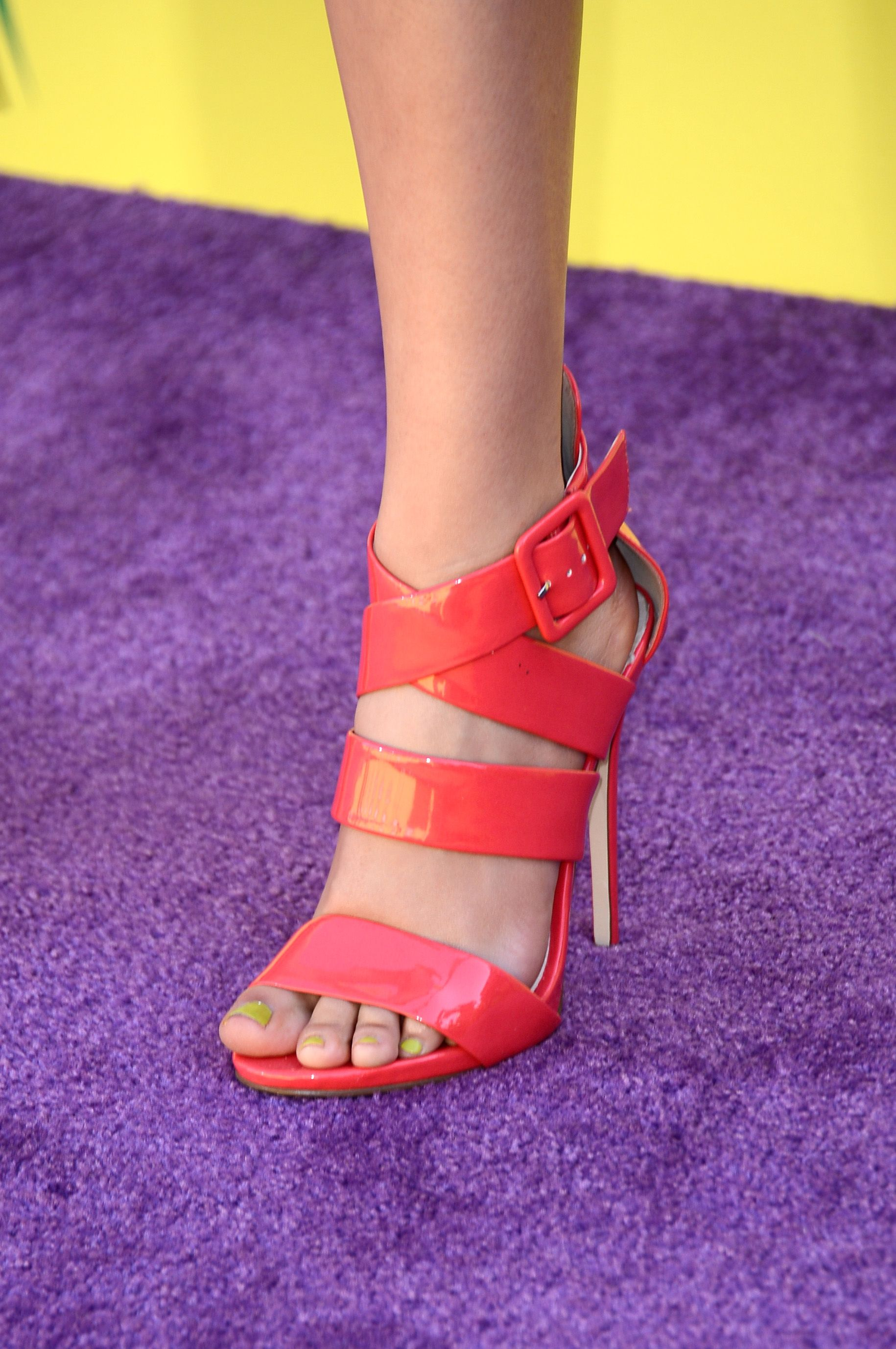 victoria justice wearing aldo strappy sandals at the 2013 teen choice awards. #shoeporn