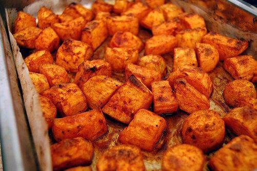 Ovnbagte Søde kartofler til ca. 4 personer Du skal bruge: 6 søde kartofler 2 spsk. olivenolie 2 spsk. tørrede chiliflager 1 spsk. friskhakket rosmarin salt til pynt frisk rosmarin Sådan gørdu: Skr…