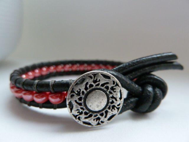 náramek kombinovaný ... barvička červeno-růžová náramek vyrobený z kulaté kůže v kombinaci s broušenými českými korálky a kovovým knoflíkem oxidované stříbrné barvě náramek je velice odolný, korálky jsou našité vysoce zátěžovou pevnou nití, takže se určitě nepřetrhne! je nožný vyrobit dle přání v jakékoli barvě, jak kůže tak korálků náramek je ...