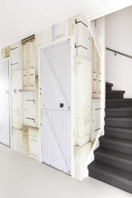 Ik wil een deursticker van een oude houten deur op mijn for Behang trapgat