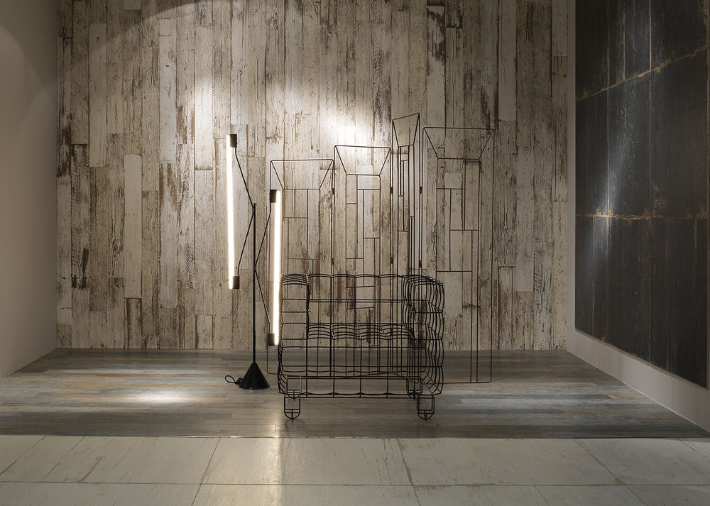 c ramique imitation bois plancher gris mur blanc et noir. Black Bedroom Furniture Sets. Home Design Ideas