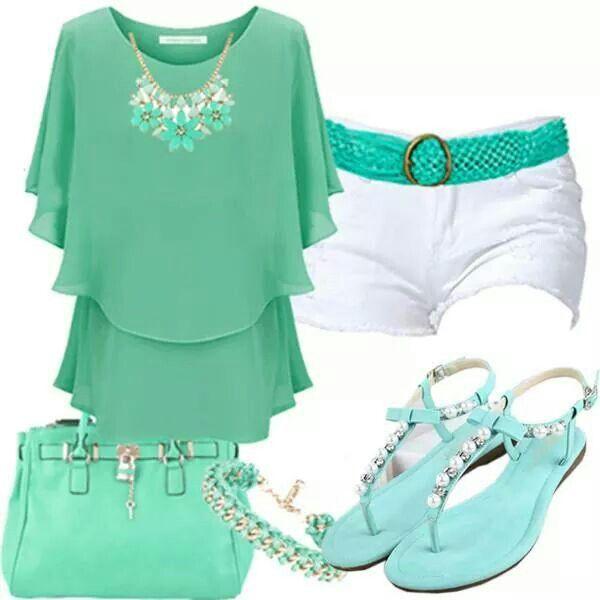 Fresco y chic conjunto de short blanco con blusa, cartera, sandalias y accesorios en verde manzana!