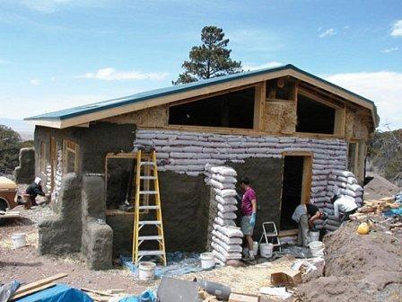 maison en sacs de terre de 50m2 pour 8700 construite 3 en 8 jours d croissance maison. Black Bedroom Furniture Sets. Home Design Ideas