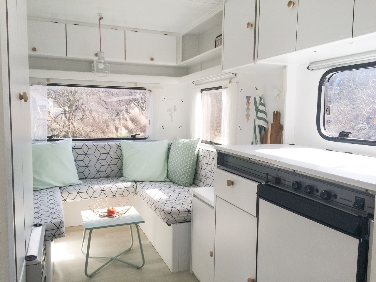 hnliches foto camper pinterest wohnwagen wohnwagen makeover und wohnwagen renovieren. Black Bedroom Furniture Sets. Home Design Ideas