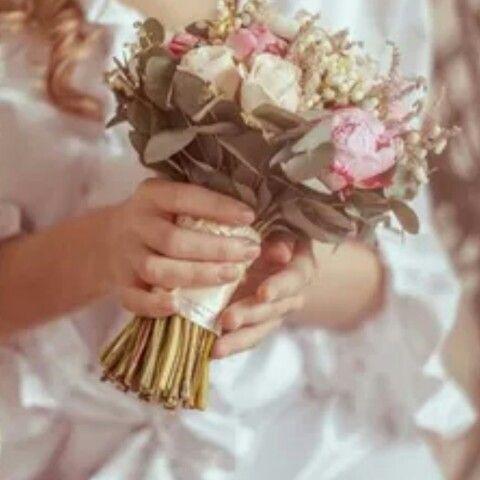 كنت عند صديقتي في يوم خطوبة ابنتها سمعت كلمات يقولها الأب لخطيب ابنتة لعريس المستقبل كان الأب Couronne De Fleurs Cheveux Fleur Cheveux Couronne De Fleurs