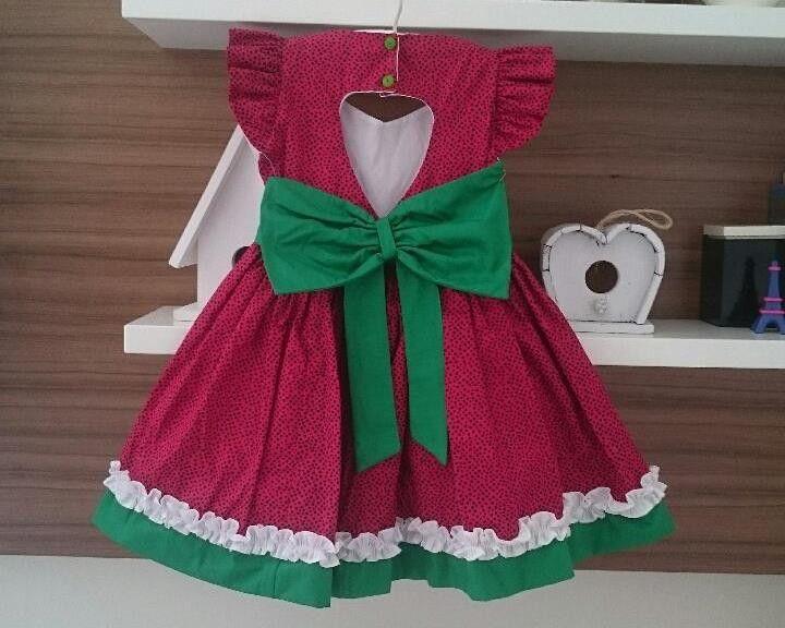 ce302e05e116 Vestido vermelho com bolinhas pretas, Barra verde e detalhes franzido  branco. Decote nas costas em formato de coração. Tema melancia Todos os  artigos da ...