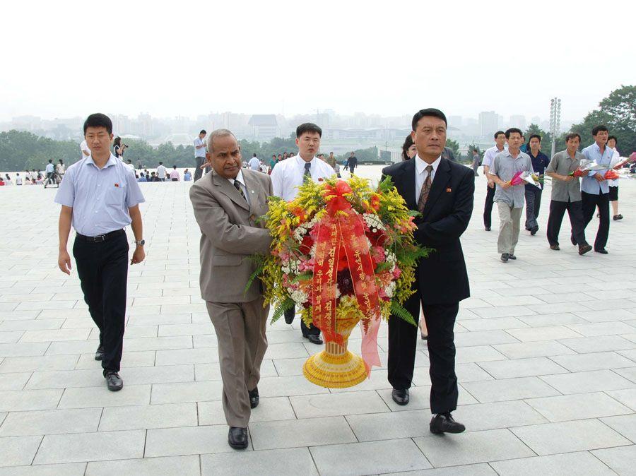 위대한 김일성동지와 김정일동지의 동상에 국제기구대표부 성원들과 공화국영웅 안동수유가족 꽃바구니 진정