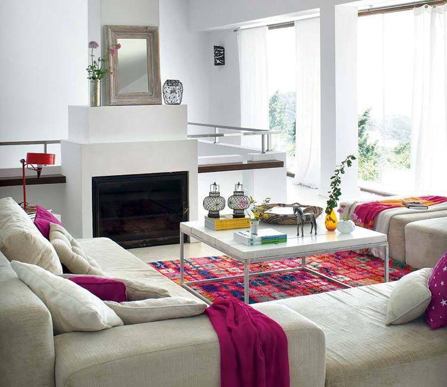 Sofá beige para comedor blanco con complementos en fucsia | Casa ...