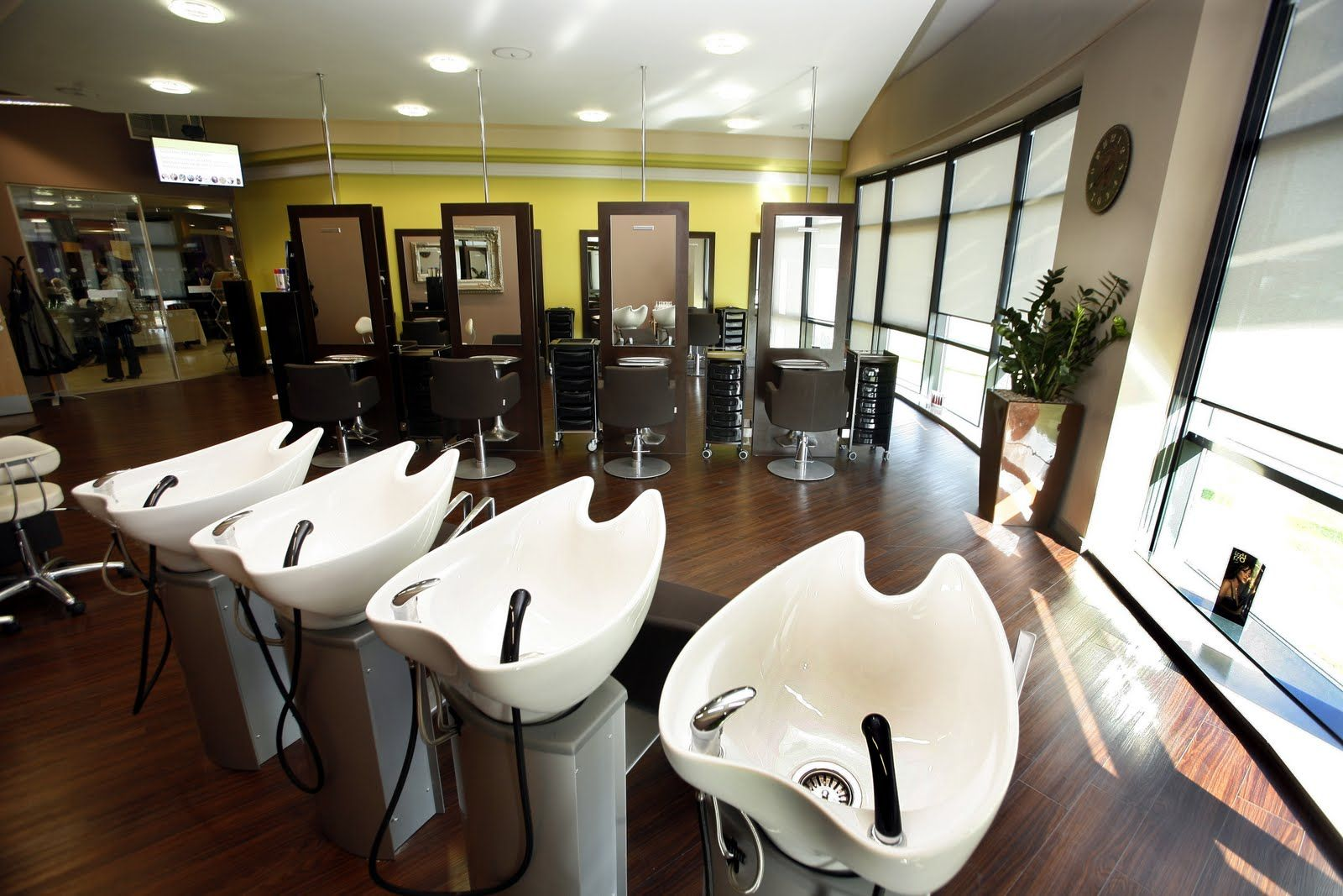 Beauty salon decorating ideas photos february 5 2013 for Beauty salon layout