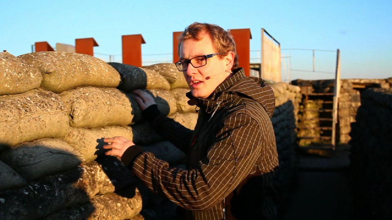 WOI staat bekend om zijn loopgraven. In de Dodengang in Diksmuide legt Pieter uit hoe zo'n loopgravenoorlog in zijn werk gaat.