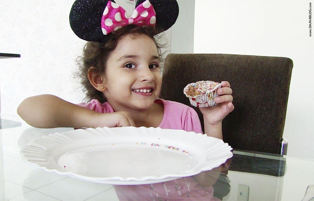 No vídeo de hoje a minha princesa Alinne vai ensinar uma receita de cupcake SUPER fácil. Eu não sei cozinhar, isso não é novidade, mas amo fazer sobremesas e toda vez que vou pra cozinha Alinne vem atrás pedindo para me ajudar, e dessa vez não foi diferente.