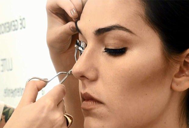 Tem dificuldade em colocar os cílios postiços? Maquiadora ensina o passo a passo